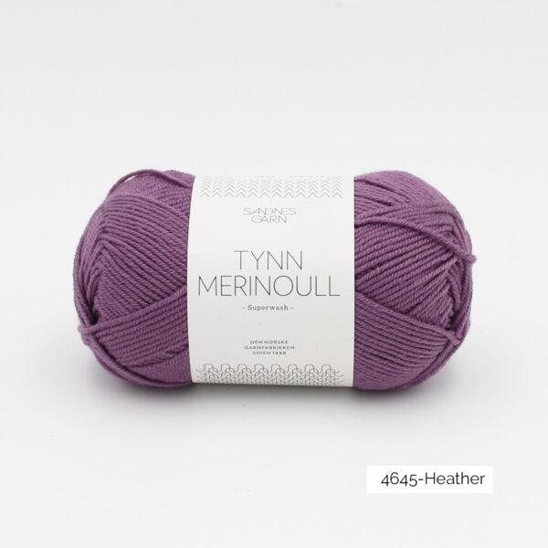 Une pelote de Tynn Merinoull de Sandnes Garn coloris Heather (violet)