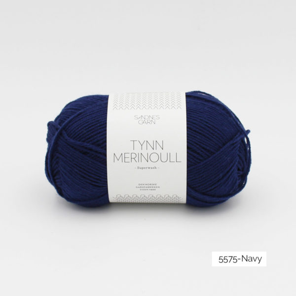 Une pelote de Tynn Merinoull de Sandnes Garn coloris Navy (marine)