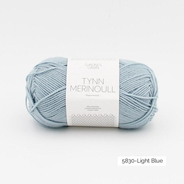 Une pelote de Tynn Merinoull de Sandnes Garn coloris Light Blue (bleu clair)