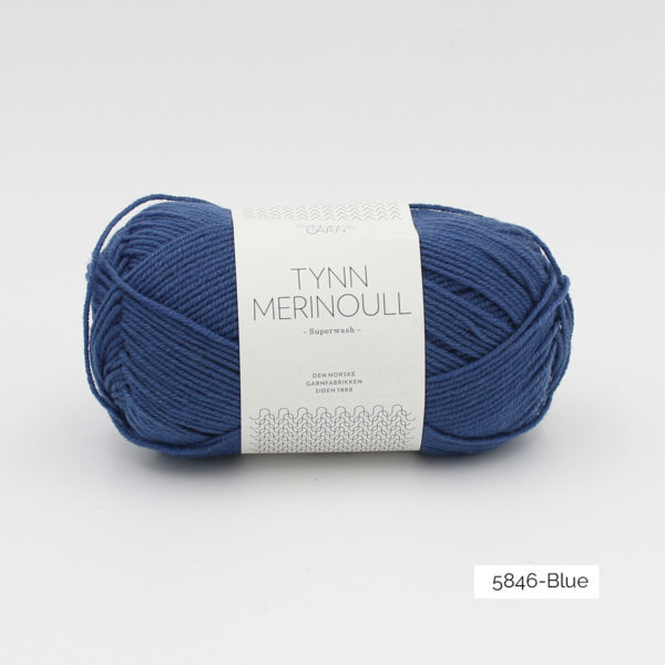 Une pelote de Tynn Merinoull de Sandnes Garn coloris Blue (bleu franc)
