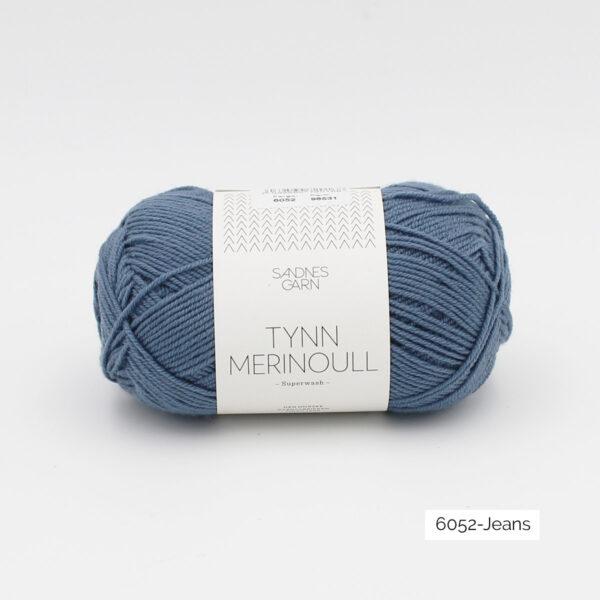 Une pelote de Tynn Merinoull de Sandnes Garn coloris Jeans