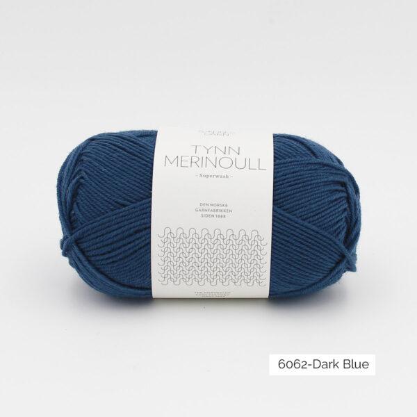 Une pelote de Tynn Merinoull de Sandnes Garn coloris Dark Blue (bleu foncé)