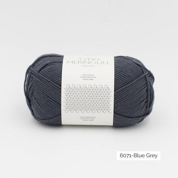 Une pelote de Tynn Merinoull de Sandnes Garn coloris Blue Grey (gris ardoise)