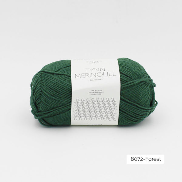 Une pelote de Tynn Merinoull de Sandnes Garn coloris Forest (vert forêt clair)