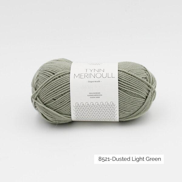 Une pelote de Tynn Merinoull de Sandnes Garn coloris Dusted Light Green (vert grisé clair)