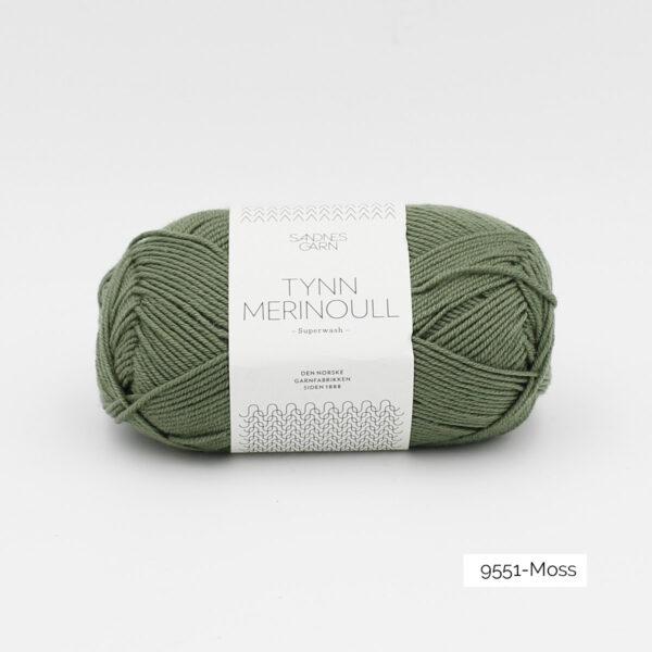 Une pelote de Tynn Merinoull de Sandnes Garn coloris Moss (kaki)