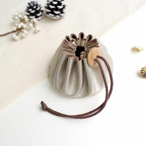 Présentation de la bourse en cuir Himeji de l'édition spéciale de noël de Cohana