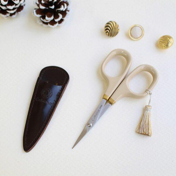 Présentation des petits ciseaux de broderie de l'édition spéciale de noël de Cohana