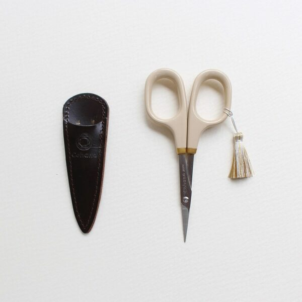 Display of the Christmas special edition of Cohana's lacquered embroidery scissors