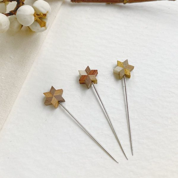 Display of the Christmas special edition of Cohana's marking pins