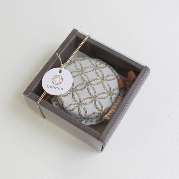 Présentation du mètre-ruban recouvert de cuir brodé de l'édition spéciale de noël de Cohana