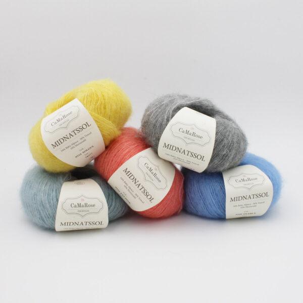 Présentation de 5 pelotes de Midnatssol de CaMaRose dans des coloris assortis