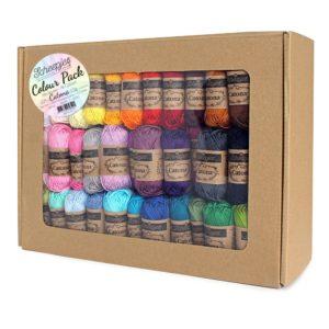 Présentation d'un kit Colour Pack de Scheepjes, composé de mini-pelotes de coton Catona de toutes les couleurs disponibles, dans leur boîte