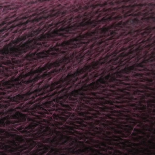 Gros plan sur une pelote d'Alpaca1 d'Isager coloris Mulberry (mûre)