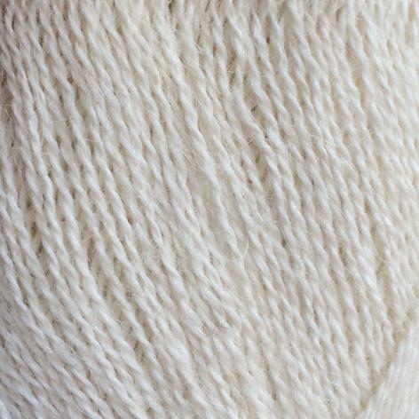 Gros plan sur une pelote d'Alpaca1 d'Isager coloris Natural