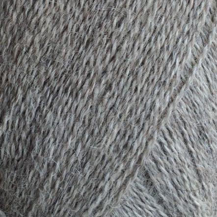 Gros plan sur une pelote d'Alpaca1 d'Isager coloris Light Grey (gris clair chiné)