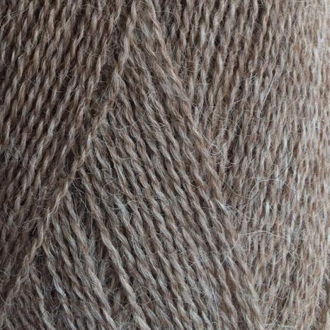 Gros plan sur une pelote d'Alpaca1 d'Isager coloris Natural Brown (brun moyen chiné)