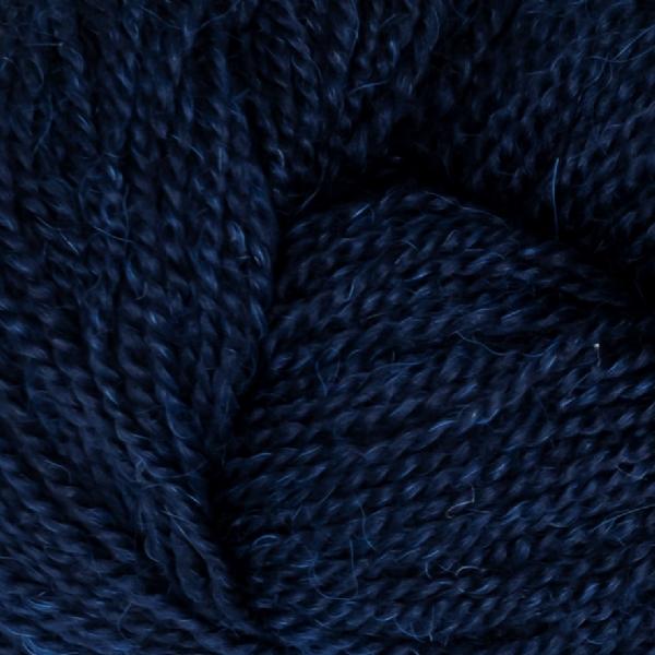 Gros plan sur une pelote d'Alpaca2 d'Isager coloris Navy (bleu marine)
