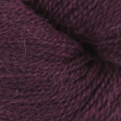 Gros plan sur une pelote d'Alpaca2 d'Isager coloris Mulberry (mûre)