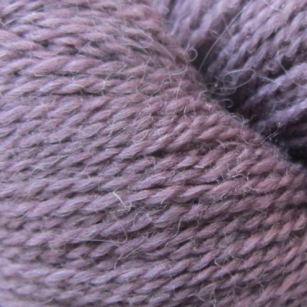 Gros plan sur une pelote d'Alpaca2 d'Isager coloris Mauve