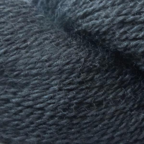 Gros plan sur une pelote d'Alpaca2 d'Isager coloris Dark Slate Blue (bleu ardoise foncé)