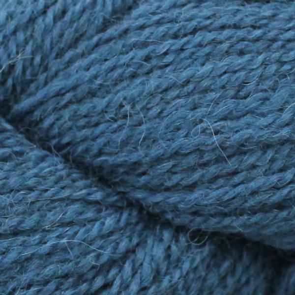 Gros plan sur une pelote d'Alpaca2 d'Isager coloris Peacock (bleu paon)