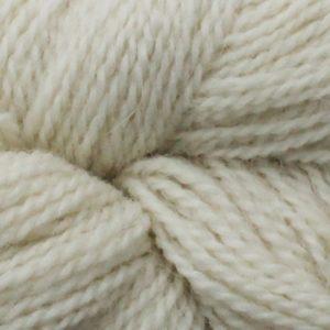 Gros plan sur une pelote d'Alpaca2 d'Isager coloris Natural (naturel)