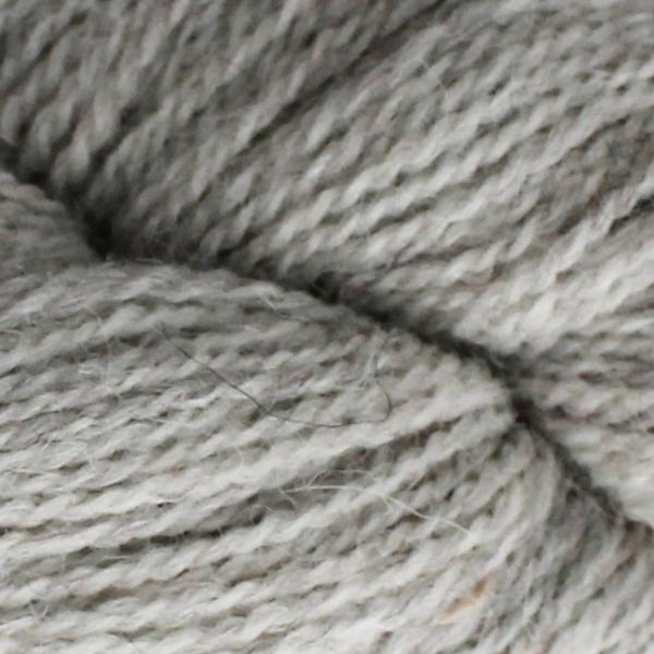 Gros plan sur une pelote d'Alpaca2 d'Isager coloris Very Light Grey (gris très clair)