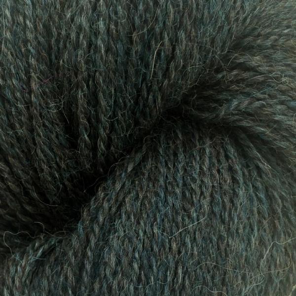 Gros plan sur une pelote d'Alpaca2 d'Isager coloris Forest
