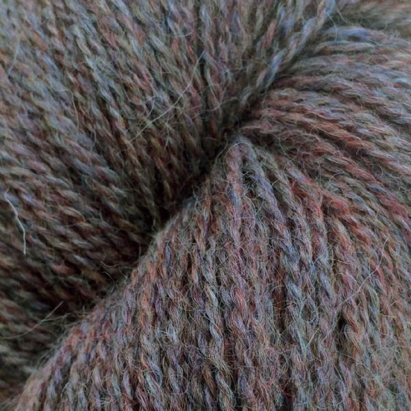 Gros plan sur une pelote d'Alpaca2 d'Isager coloris Sky (ciel)