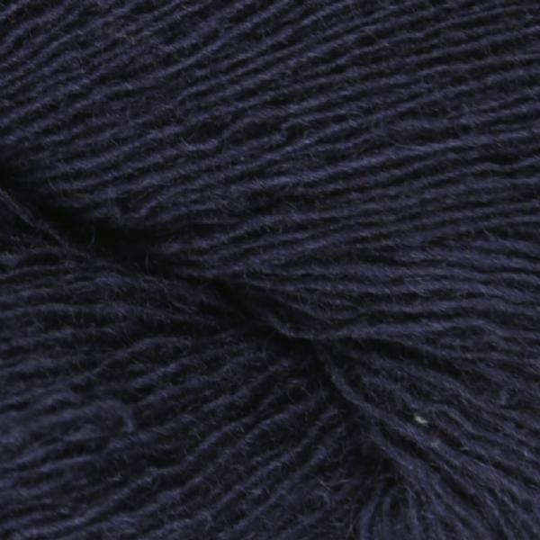 Gros plan sur une pelote de Spinni d'Isager coloris FV100 (bleu marine)