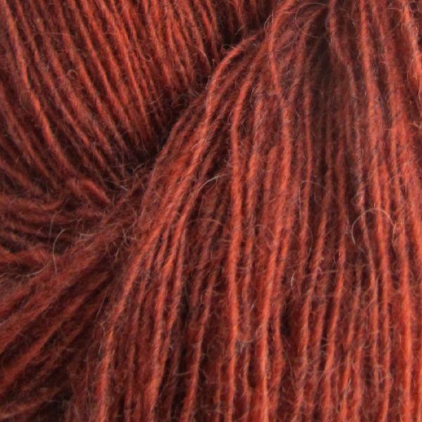 Gros plan sur une pelote de Spinni d'Isager coloris FV1s (rouille)