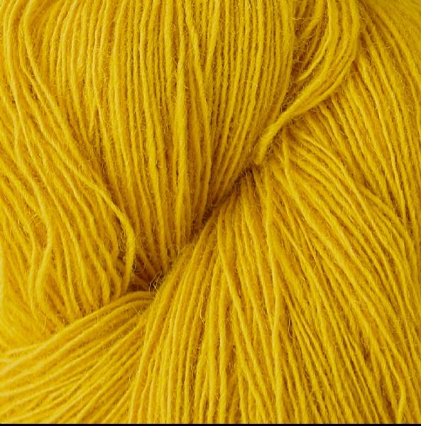 Gros plan sur une pelote de Spinni d'Isager coloris FV22 (jaune soleil)