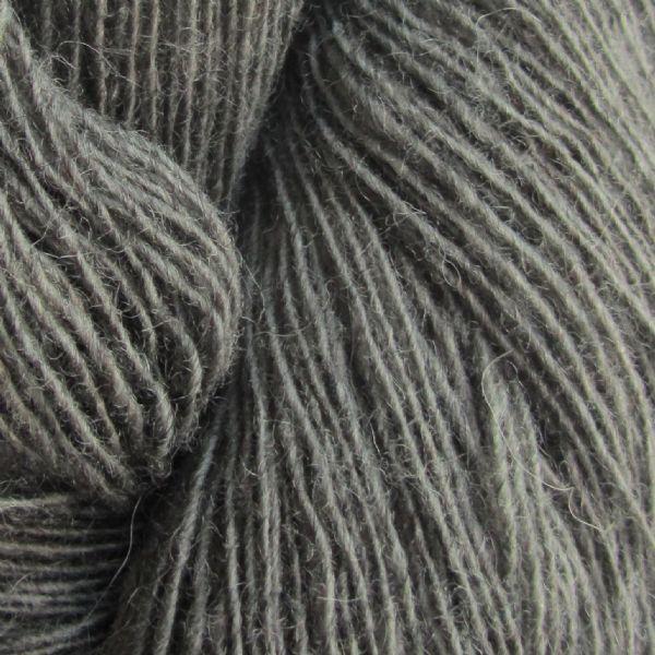 Gros plan sur une pelote de Spinni d'Isager coloris FV23s (gris foncé chiné)