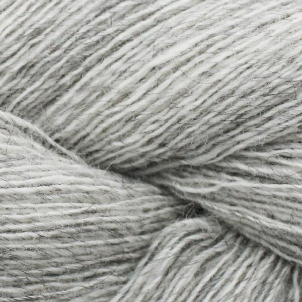 Gros plan sur une pelote de Spinni d'Isager coloris FV2s (gris clair chiné)