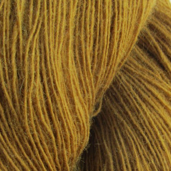 Gros plan sur une pelote de Spinni d'Isager coloris FV3 (moutarde)