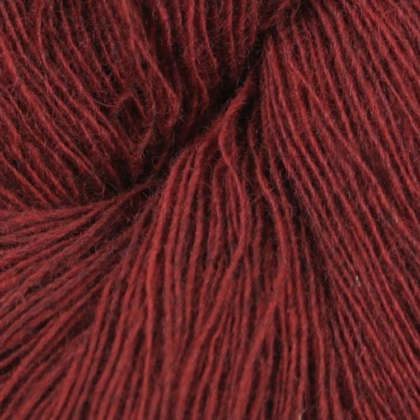 Gros plan sur une pelote de Spinni d'Isager coloris FV32s (rouge profond)