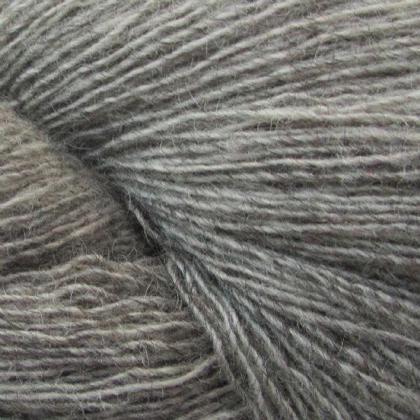 Gros plan sur une pelote de Spinni d'Isager coloris FV3s (gris moyen chiné)