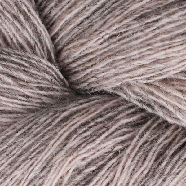 Gros plan sur une pelote de Spinni d'Isager coloris FV61s (rose pâle chiné gris)