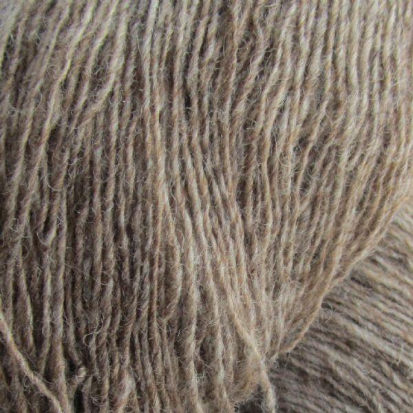 Gros plan sur une pelote de Spinni d'Isager coloris FV7s (brun clair chiné)