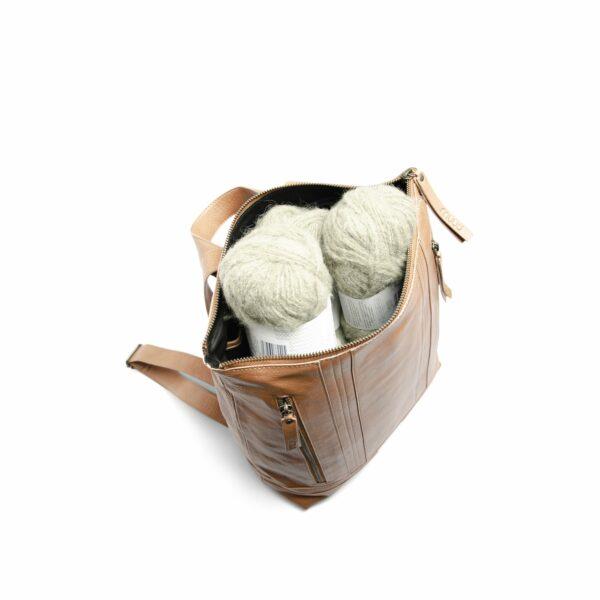 Présentation de l'intérieur du sac à dos Nykobing de la marque Muud, en cuir, coloris Whisky