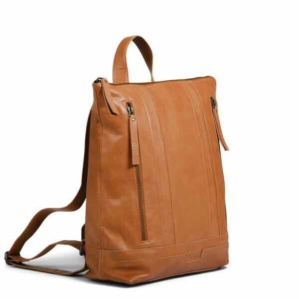 Présentation de l'extérieur du sac à dos Nykobing de la marque Muud, en cuir, coloris Whisky