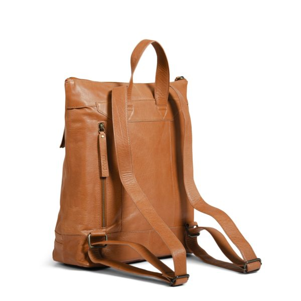 Présentation de l'arrière du sac à dos Nykobing de la marque Muud, en cuir, coloris Whisky