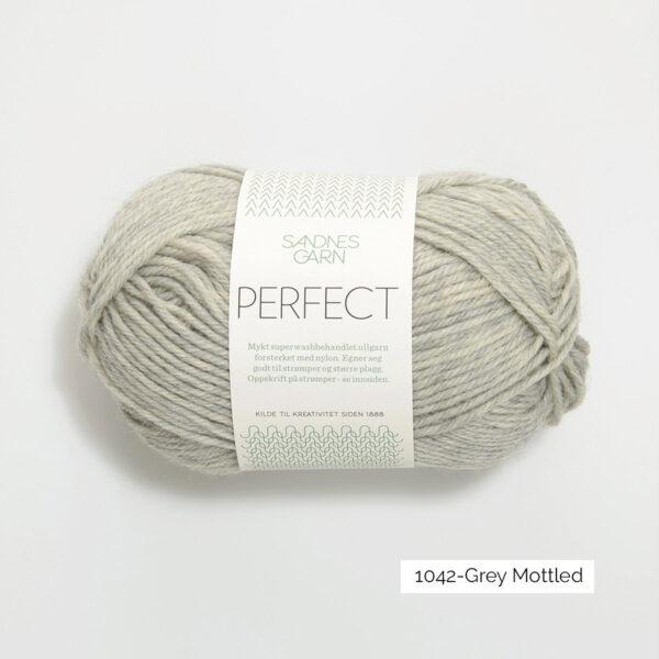 Une pelote de Perfect de Sandnes Garn coloris Grey Mottled (gris clair chiné)