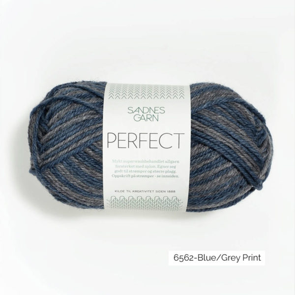 Une pelote de Perfect de Sandnes Garn coloris Blue Grey Print (à rayures bleu et gris)