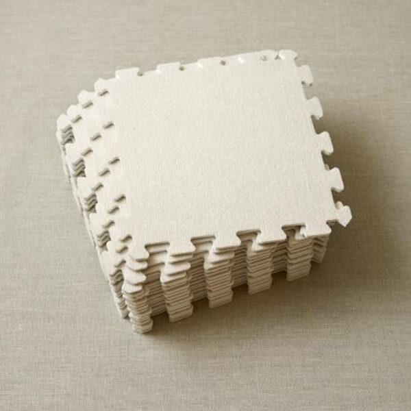 Présentation des dalles en mousse EVA incluses dans le kit de blocage Knitter's Block de Cocoknits