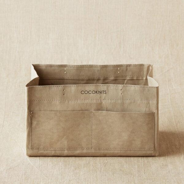 Présentation d'un sac de rangement Kraft Caddy de Cocoknits ouvert