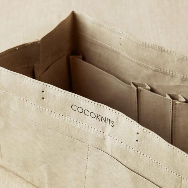 Gros plan sur les compartiments intérieurs d'un sac de rangement Kraft Caddy de Cocoknits