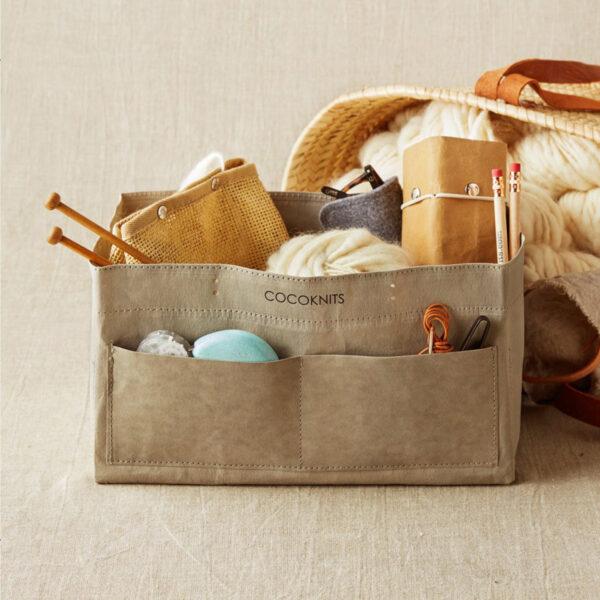 Présentation d'un sac de rangement Kraft Caddy de Cocoknits, plein