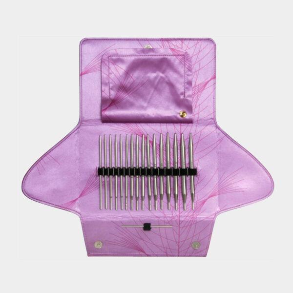 Présentation du kit d'aiguilles interchangeables Addi Lace Long dans sa pochette en tissu rose